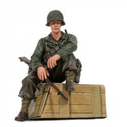 1/16 figurka sedícího vojáka U.S. 1st Infantérie z 2 sv....